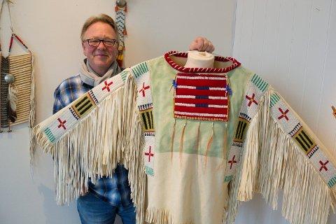"""SELVLAGET HÅNDVERK:  Bjarne """"Bamse"""" Anvedsen stiller ut håndarbeider inspirert av nordamerikanske indianere. Her med en manneskjorte i Sioux-indianerstil som han har laget."""
