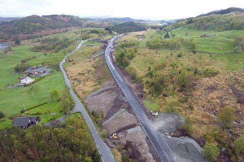 VED GAMLEVEIEN: Den nye fv. 6 ved Buamyr er lagt like ved den gamle. Bildet er tatt under utbyggingen av veistrekningen.