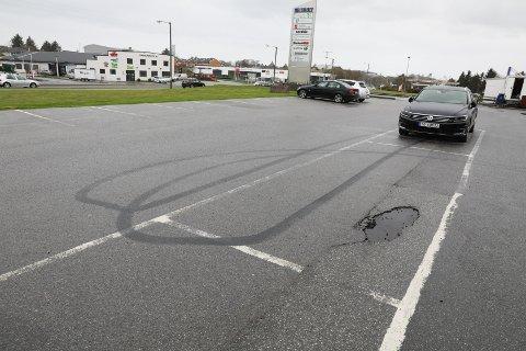 BURNING: Parkeringsplassen utenfor Aerobicsenteret i Karmsundgata er populær blant bilinteressert ungdom på kvelds- og nattestid.