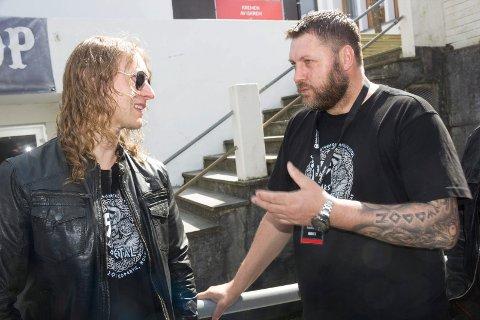 USIKKER: Hans Helge Iversen tar en prat med festivalsjef Johnny Angelund under en tidligere Karmøygeddon-festival. Nå er framtiden usikker.