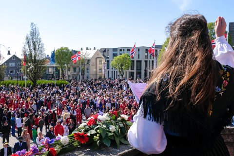 FINT VÆR: Det ligger an til en strålende 17. mai på Haugalandet værmessig. - 17. mai blir den varmeste dagen, melder meteorologen. Her fra fjorårets 17. mai da Nancy Herz holdt tale på Rådhusplassen. I år er det Sidsel Wold som er er årets 17. mai-taler.