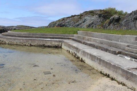 SKADER: Hardt vær har skapt store skader på badeplassen. Steinheller i vannet og sprekker i betongen.