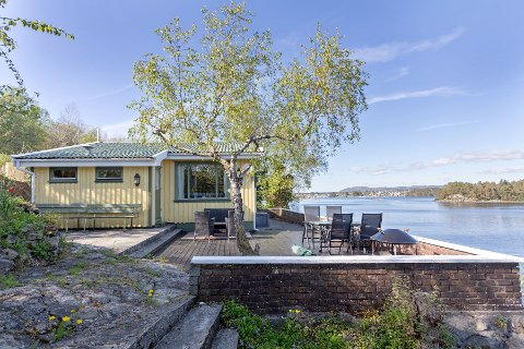 EGEN BRYGGE: Denne hytta på Odland i Tysvær har egen badebrygge og sjøbod. Det øker prisen.