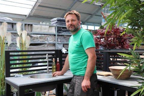 KOKKELERE UTE: Asle Serigstad med utekjøkken i aluminum fra Hageland Karmsund.