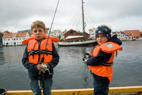 FISKERE: Under fjorårets arrangement var det Vegard (t.v.) og Vetle Brekke fra Haugesund som prøvde fiskelykken.