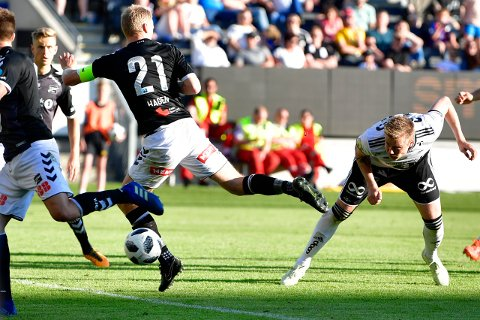 Rosenborgs Alexander Søderlund (t.h.) utligner til 2-2 i kampen  i 4. runde NM fotball mellom Rosenborg og Odd på Lerkendal Stadion. Tysværbuen scoret også i straffesparkkonkurransen.