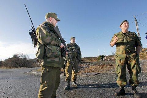 32 av 35 HAR FÅTT OPPSIGELSE: Områdesjef Rein Egil Olaussen(t.h) under HV-øvelse på Vorre på Karmøy i 2015. Arkivfoto: Harald Nordbakken