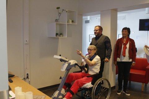 KJENT: Kirsten Meling Åkvik (t.v.) kjenner seg igjen i gatene hun sykler i. Her sammen med Roald Kvam, seniorrådgiver i Motitech, og Ingrid Rustad Schultz i Rotary.
