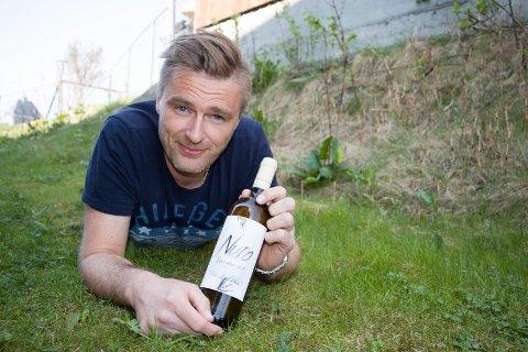 HVIT: Geir-André Sjursen lanserer egen økologisk hvitvin i Italia, laget av venner med vingård.