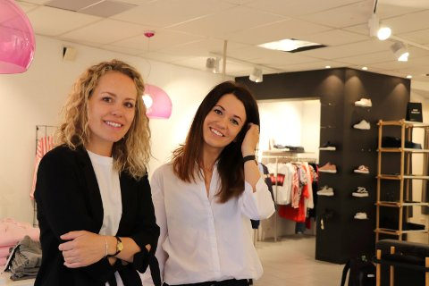 KLÆR: Susanne J.Kvalvik (t.v) og Marianne K. Risløv eier og driver klesforretningen Stempel i Åkrehamn