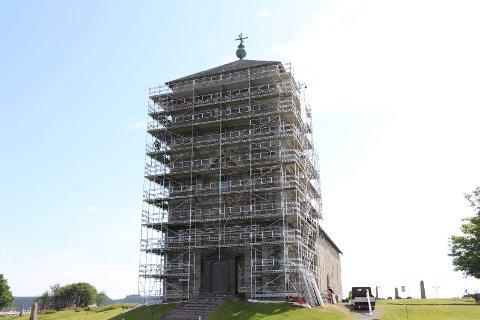 DOBBELTÅRN:  Tårnet på Olavkirken på Avaldsnes gjøre klart for vedlikeholdsarbeider.