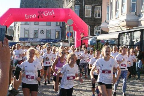 FOLKSOMT: Bente Sandmoe (63), Erle Lea Sletten (80) og Silje Lea Sletten (79) var tre av rundt 260 deltakere under fredagens Irongirl - et fem kilometer langt gateløp i Haugesund sentrum. FOTO: JOAKIM ELLINGSEN