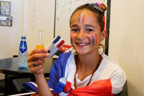 Soline Jacquemond (12) forteller at hun helt selv har pyntet seg i ansiktet. Hun er fra Frankrike og håper på seier i kveld.