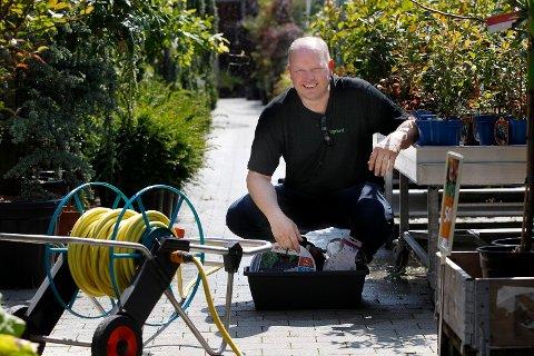 TIPS: Ola S. Apeland gir sine tips til hvordan plantene kan overleve varmen.