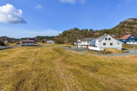 MANGE BYGNINGER: Småbruket på Våge på Bømlo består av våningshus, driftsbygning og redskapshus.