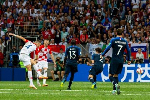 Frankrike - Kroatia. Kroatias Ivan Perisic (t.v.) setter inn 1-1 på langsudd i VM-finalen i fotball mellom Frankrike og Kroatia på Luzhniki stadion. Foto: Svein Ove Ekornesvåg / NTB scanpix
