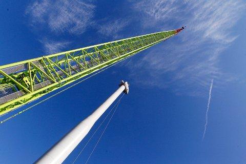 FERDIGSTILLES: De siste dagene har det vært store løft for å sette på plass vindmølletårnet på den første av de to vindmøllene på Storøy.