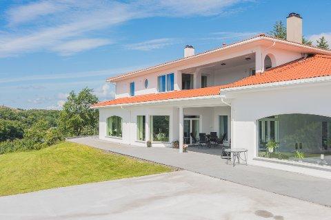 SOLGT: Etter over tre år på markedet, ble den store eiendommen i Gullvegen i Sveio endelig solgt. Men de nye eierne har foreløpig ikke sett sitt nye hjem på annet enn bilder.