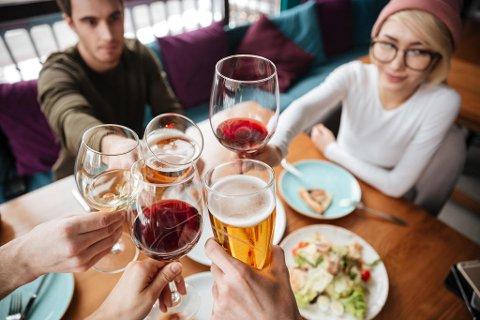 ALKOHOL: De fleste av oss har ikke full kontroll på alkoholinntaket vårt, og vet kanskje ikke hvor mye vi egentlig drikker. Foto: Colourbox