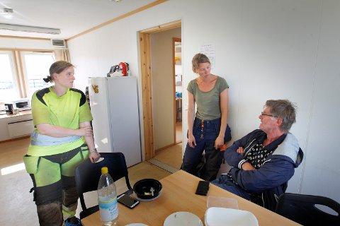 FINT HER: Arbeidsmiljøet har bedret seg mye for arkeologer, som har sluttet å «sitte bak en stein». På Stutøy er de veldig fornøyd med brakkeriggen og arbeidsforholdene Karmøy kommune har besørget. Fra v: feltleder Solveig Sølna Rødsdalen, prosjektleder Sigrid Alræk Dugstad og prosjektleder anlegg i Karmøy kommune Thor Baarsrud.