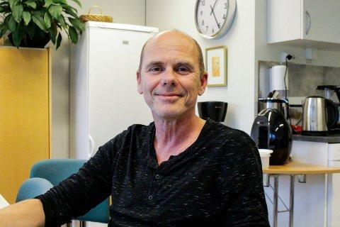 Steinar Feen er tilbake i jobb på Haugesund Folkebibliotek. For en uke siden var han involvert i en sykkelulykke. Det endte med ribbeinsbrudd og notis i avisa. Nå skal han senke farten og bruke hjelm framover.