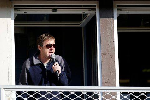 SPEAKER PÅ STADION: Tore Risanger er speaker på FKH og Vard-kamper.
