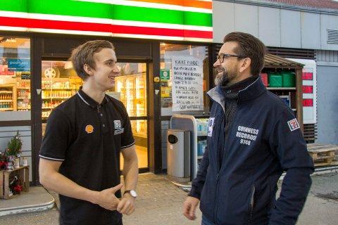 FRA SHELL TIL YX: Kjøpmann Jesper Spies (t.h.) gjør endringer på Shell-stasjonene i Karmsundsgata og på Norheim. De blir nå YX.  Her med Hein André Hansen.