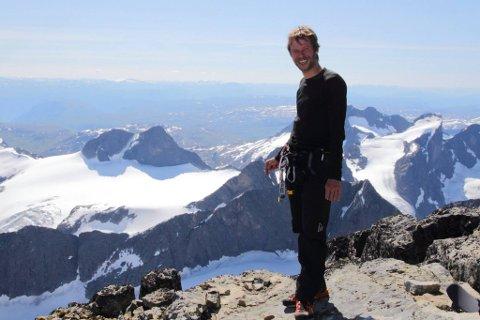 NYTER TURENE: Håkon Aarthun setter pris på både små rusleturer og de lengre utfordrende turene rundt setra. Nå går han fra å være resepsjonssjef til å bli bestyrer på Norges mest besøkte turisthytte.
