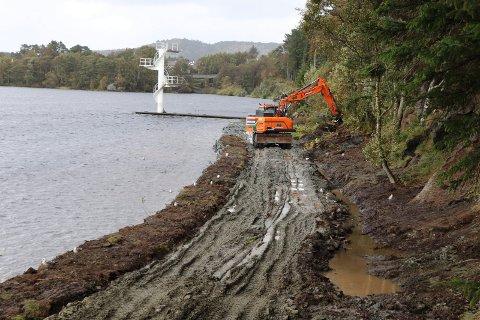 GRAVER: Veien langs vannet skal bli 2,5 meter bred når den er ferdig. I tillegg kommer det lysmaster langs hele veien.