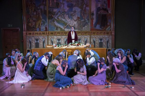 BYSTYRESALEN:  «Orfeus og Eurydike», en fargerik opera som vises i bystyresalen i helgen.