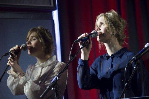 RAGS & FEATHERS: Trioen spiller på Mortholmen Sildesalteri søndag.