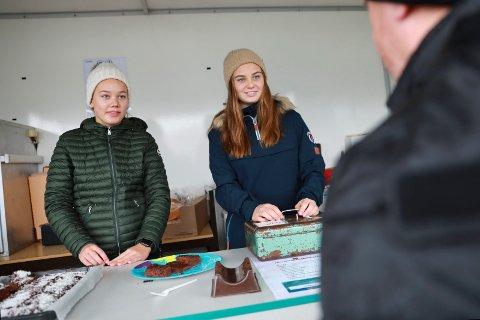 BLIDE JENTER I KIOSKEN:  De jobber dugnad for Haugar. 15-åringene Sofia Isotalo (t.v.) og Helle Gilje Birkeland.