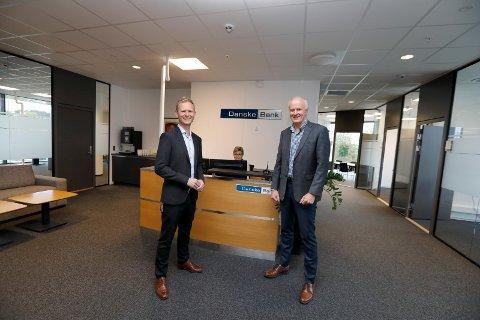NYE LOKALER: Danske Bank er på plass i 24/7-bygget. Leder Personmarked Bjarte Davidsen (f.v.) og Tor-Kjell Bergjord. Bak Aud Karin Bersaas.