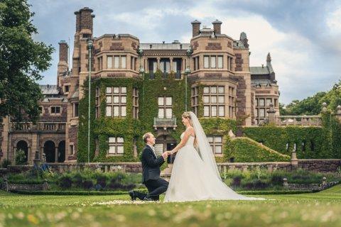 SLOTTSBRYLLUP: Monika Kringlebotten Steensland og Øyvind Kringlebotten Steensland fra Etne giftet seg på Tjolöholms slott i fjor sommer.