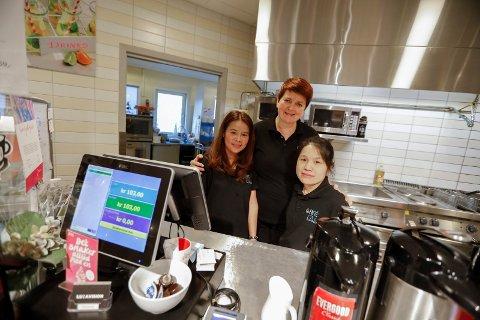 GODE KOLLEGER: Café Delice på Markedet: Fra v Aticha Kvam, daglig leder Solrun Magerøy, og til høyre Ran Zhuoo.