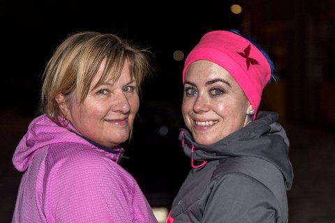 INVITERER DEG MED: Liv Ellen Dale (t.v) og Therese Strømø er to av damene som trener på parkeringsplassen utenfor Naf i Haugesund. Nå håper de at flere vil bli med på gratistreningen.
