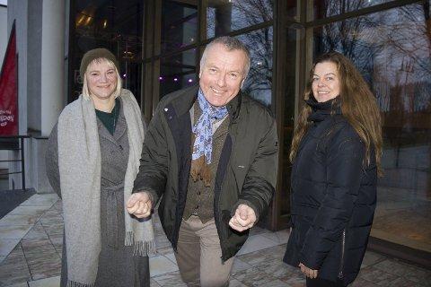 SCENEMARATON:  Skuespillerne Nina Sele (til v.) og Elsa Aanensen sammen med Sverre Meling jr. klar for lørdagens lange forestilling.