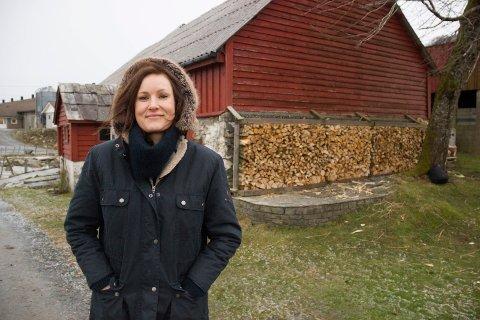 PÅ BYGDA: - Jeg trives godt i Valevåg på gard med to unger og langt fra det urbane Oslo-livet. Forventer en radbrekking i postiv forstad av boka mi, «Verda er ein skandale», sier Agnes Ravatn. Teaterutgaven får premiere fredag 25. januar på Stord.