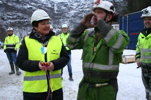 """""""FYR O HER!"""": Torsdag fekk ordførar Siri Klokkerstuen i Etne fyra av ei av dei tre salvene med 750 kilo dynamitt for å sprengja ein 1100 meter lang tilførselstunnel i Litledalen. Skytebas Ole Johnny Turvoll assisterte."""