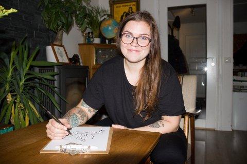 ILLUSTRATØR:  Susann Haaland Olsen selger tegninger på Instagram ved å legge ut bilder hun har tegnet på oppdrag.Her sitter hun i stuen ved et gammelt teakbord.
