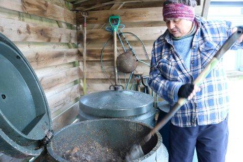 Turid Solgård er spesielt opptatt av varmkompostering. Her gjør hun klart for å kaste dagens matavfall.