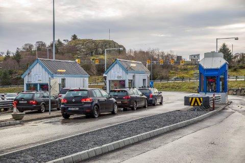 Bildet er tatt 30.12.18. To dager senere ble to av de feltene i Arsvågen gjort om til Autopass-filer. Der blir du automatisk belastet for kjøretøyet. Ikke antall passasjerer.