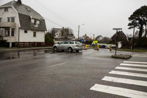 Mange kjører feil i Rogalandgata, til tross for gjentatte påminnelser om at veien er midlertidig stengt. Her et eksempel på sjåfør som tyr til u-sving.