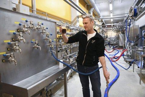 – Kundene forventer at årets juleøl smaker likt det de drakk i fjor, sier bryggerimester Carl Erik Sæther på Hansa Bryggerier. Akkurat nå er han i gang med produksjonen av 1,2 millioner liter juleøl. Som selvsagt må prøvesmakes rett fra tanken. FOTO: RUNE JOHANSEN
