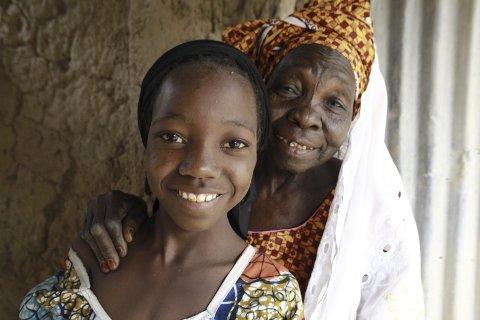 FÅR UTDANNING: Fatchima Aboubacar og barnebarnet Nana Hadiza fra landsbyen Kagadama utenfor Maradi City i Niger. Foto:  Josh Estey/CARE