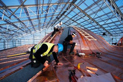 BLIR NY: Kuppelen og taket på rådhuset får ny kobber. Stian Nesse og Morten Kalland (bak). Paal Karlsen i forgrunnen.