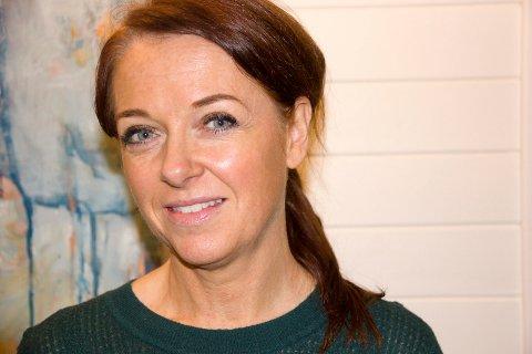 KUNSTNER: Nina Sandøy er kunstner og jobber som lærer i full stilling. Lørdag 2.november åpner hun ny utstilling i Kopervik kulturhus.