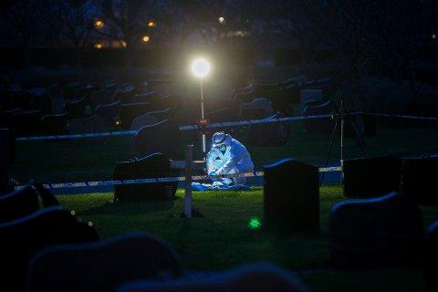 ÅSTEDET: Politiets åstedsgranskere arbeidet til langt etter mørkets frembrudd inne på gravlunden der Bjørg Marie Skeisvoll Hereid ble angrepet..
