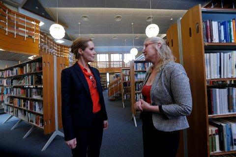 FREDET: Riksantikvar Hanne Geiran (t.v.) og biblioteksjef Marianne Hirzel i samtale mellom reolene under markeringen fredag.