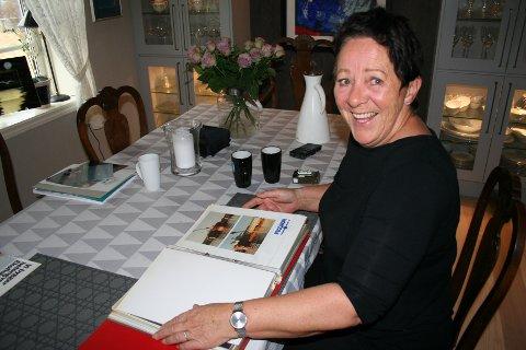 """GAMLE MINNE: Margareth Onarheim i Vikebygd blar i gamle minne frå Peconortida i bygda (1988 - 1989). Då døypte lokalavisa """"Grannar"""" kontorsjefen på det kjempesvære anlegget for """"Mor Peconor"""". Ho hadde ein finger med i det meste som skjedde."""